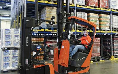 AGV a manuálně řízené vozíky pracují společně ve frekventovaném prostředí.