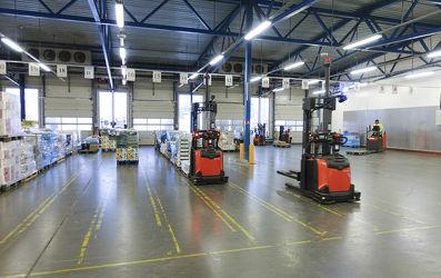Automatizované zakladače obslouží okolo 3000 palet týdně.